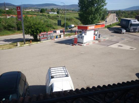 El Andarrio: Gasolinera donde dan las ventanas de las habitaciones. Un ruido insoportable, día y noche.