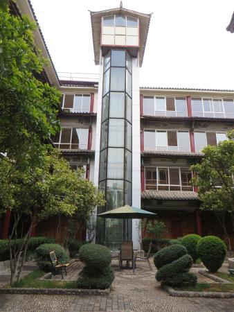 Golden Spring Hotel: binnentuin met lift
