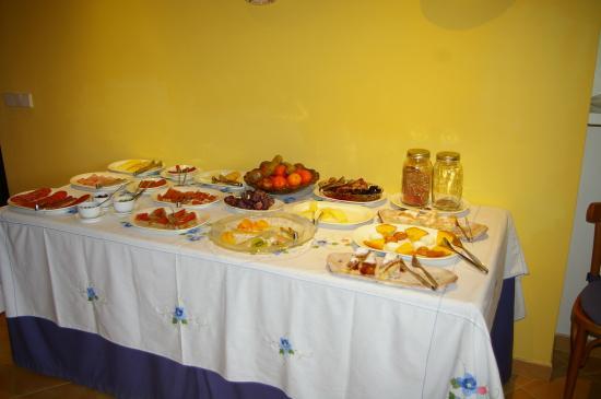 Es Petit Hotel de Valldemossa: The buffet breakfast bar