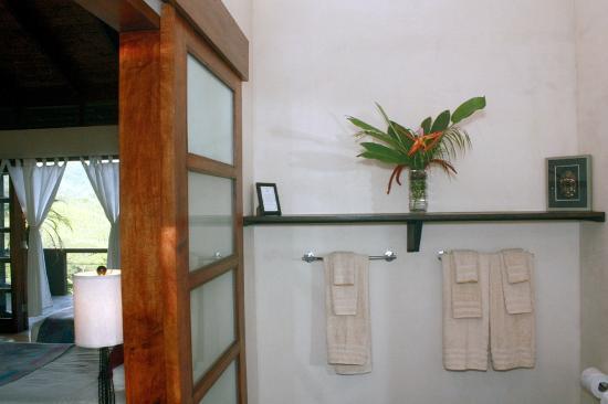 AHKi B&B Retreat: Elegant baths.
