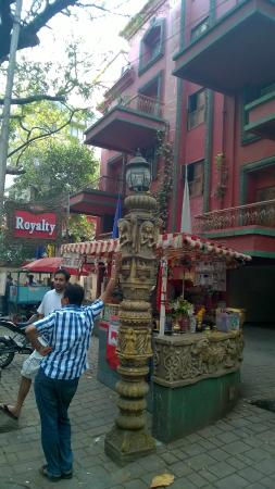 Hotel Royalty: Paan shop outside