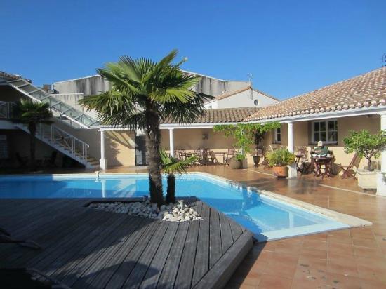 Le Manoir de l'Antiquite: The L shaped pool and deck
