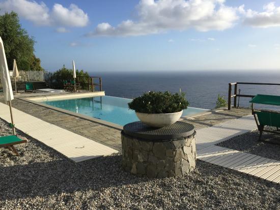 Hotel La Giada del Mesco: Der Hotelpool mit herrlichem Blick übers Meer