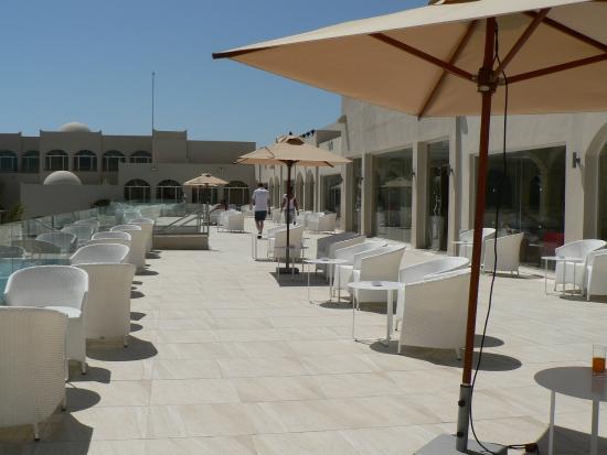 Houmt Souk, Tunisia: La superbe terrasse avec vue sur la mer et la piscine