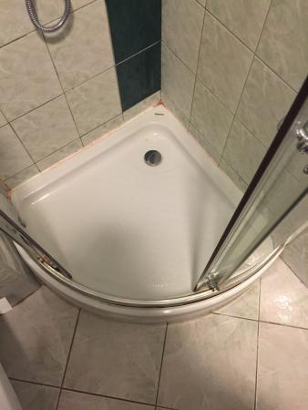 Manor Hotel : Grzyb w łazience, brudne ściany w pokojach, zniszczone wyposażenie