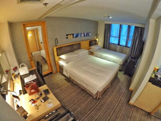 Kew Green Hotel Wanchai Hong Kong: Double bed and Single bed configuration on level 7