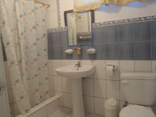 Hostal Loja: amplio baño