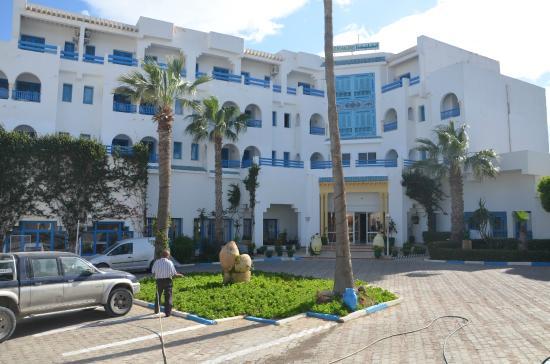 Le Khalife: двор перед отелем