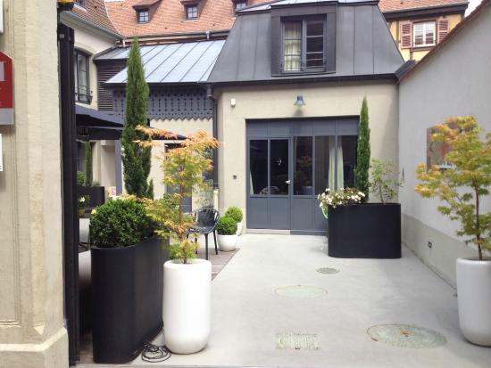 Hotel Quatorze : Vue depuis la rue et l'entrée directe dans la chambre
