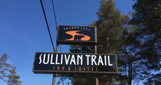 Sullivan Trail Inn & Suites: Exterior Sign