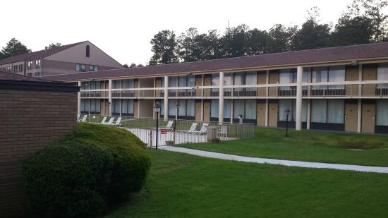 Days Inn Conference Center Southern Pines Pinehurst: Grounds and pool area
