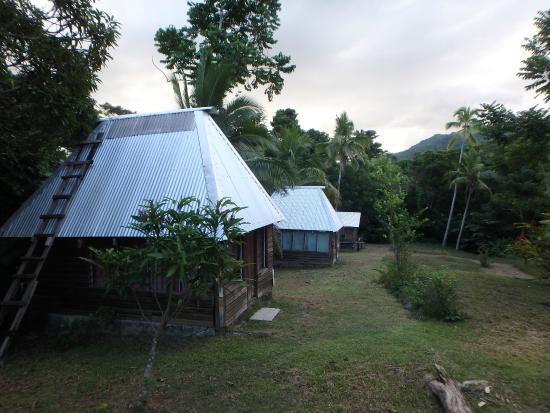 Bulou's Eco-Lodge: Bure and grounds