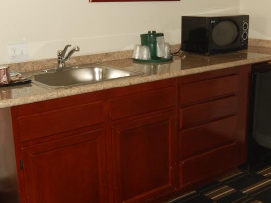 La Quinta Inn San Diego Oceanside: Kitchen prep counter + stainless sink room 203