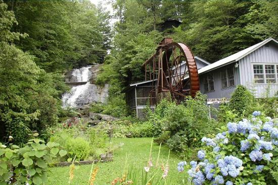 Historic Sylvan Falls Mill Bed and Breakfast: The falls in the Spring