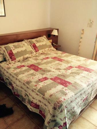 Hostal Vehi : Bedroom/king size bed