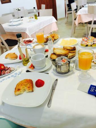 Hostal Vehi : Breakfast/ fresh café, tea, oringe juice, jamon, tomato, garlic, sweet pastry, jam, butter, hone