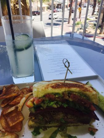 North Palm Springs, Californië: Three Little Pigs sandwich and a Hendrick's Collins with a view!