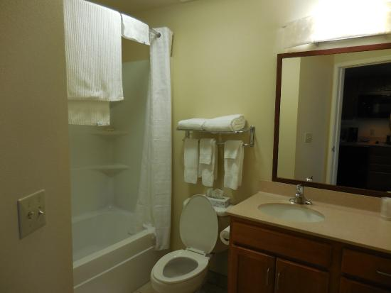 Candlewood Suites Springfield: Big bathroom