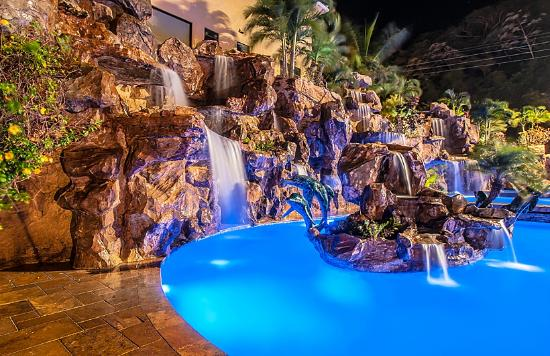 Clarion Suites Roatan at Pineapple Villas: Spa pool with waterfalls