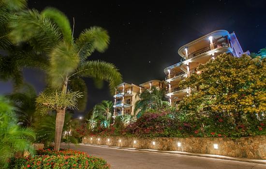 Clarion Suites Roatan at Pineapple Villas: Beautifully illuminated at night