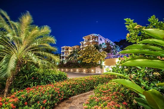 Clarion Suites Roatan at Pineapple Villas: Our property at night