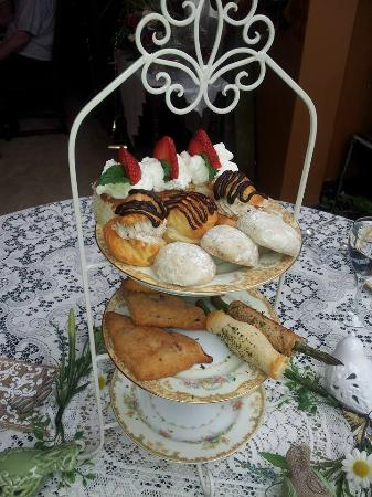 Schuster Mansion Bed & Breakfast: scones, aspergas, dessert