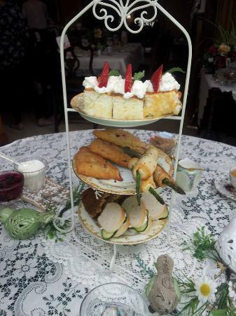 Schuster Mansion Bed & Breakfast: cream cheese & cucumber sandwhiches