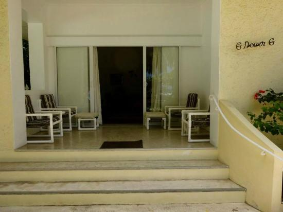 Maresol Beach Apartments: The entrance to our room!