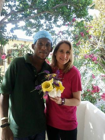 Maresol Beach Apartments: The wonderful gardener that welcomed us with a bouquet!