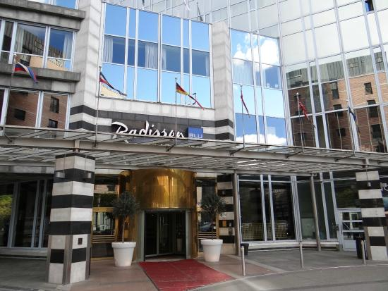 Radisson Blu Plaza Hotel, Oslo - main entrance - Picture of Radisson Blu Plaza Hotel, Oslo, Oslo ...