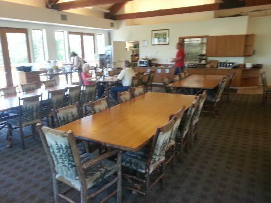 Lakeside Lodge and Suites: Breakfast room.