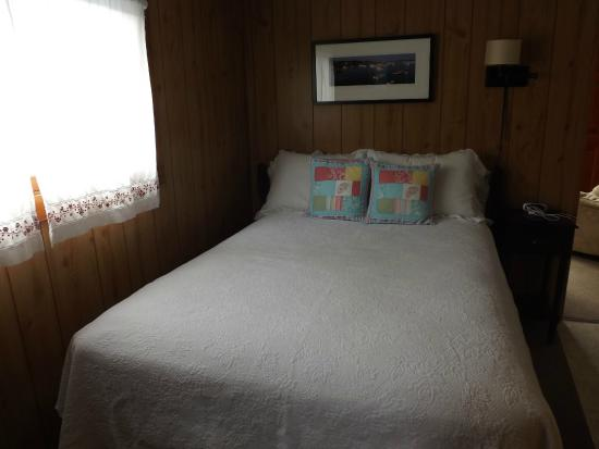 Boyce s Motel: Bedroom.  Bed was very comfortable.  Artwork in roon is beautiful!