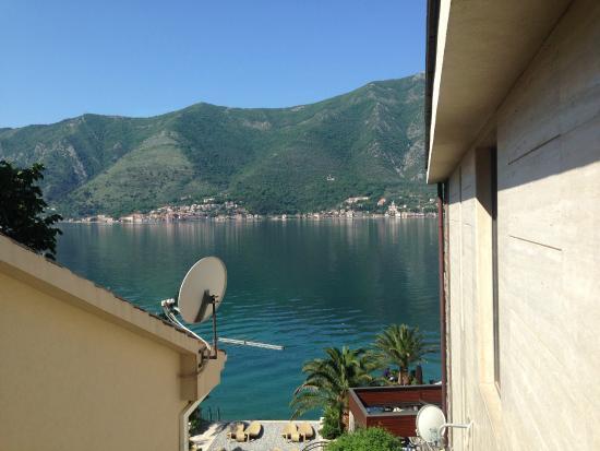 Forza Mare Hotel: 道路側の部屋でもコトル湾が見えます