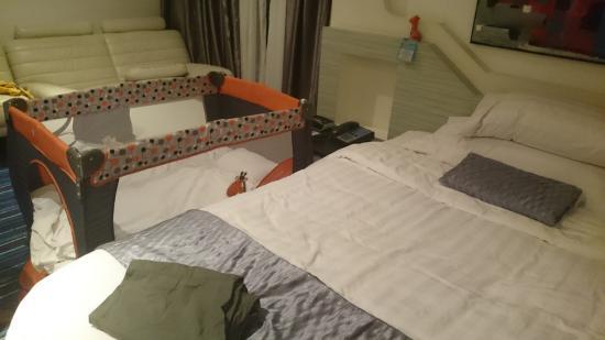 Glacier Hotel: with baby cot