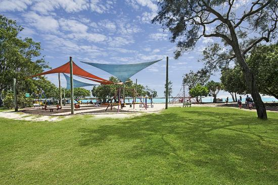Space Holiday Apartments: Cotton Tree Park across the Road from Apartments