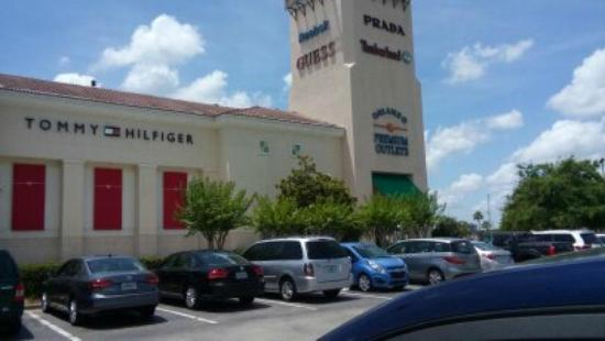 Dolphin Mall is the biggest mall of it´s type in Miami-Dade County. Here you can find clothes of more than famous fashion designers and brands for great price.