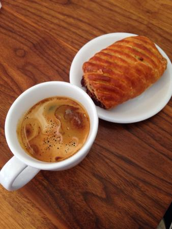 DOSE Coffee Co.: Chocolate and caramel croissant