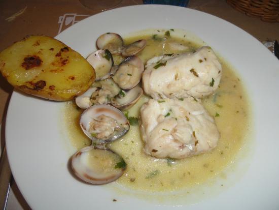 Palafrugell, España: Merluza con cloïsses y patata de guarnición. Bien cocinado, correcto.