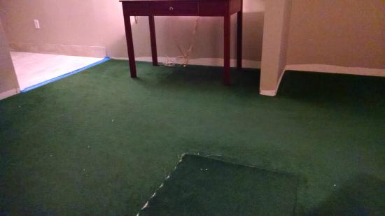 BEST WESTERN Plus Aberdeen: carpet ripped up. No baseboards around base of walls.