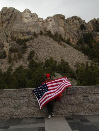 Mount Rushmore National Memorial : I came with my flag :)