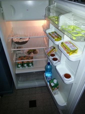 Chambres la Vallée : réfrigérateur avec des restes de salade !? peu avenant au moment du petit déjeuner