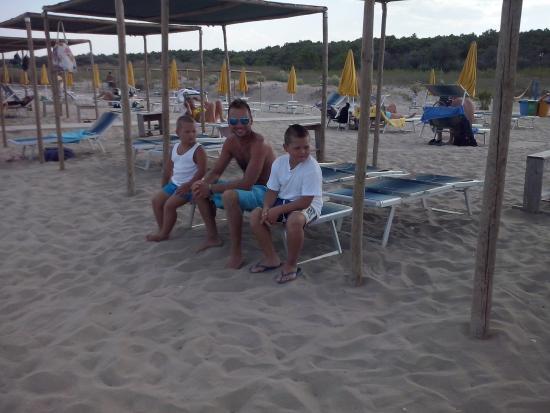 Abris et parasols sur la plage - Picture of Bagno 360 Gradi, Ravenna ...