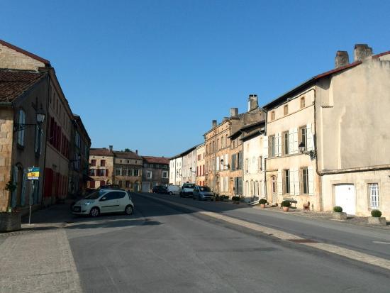L'auberge de Marville: Marville vanaf het dorpsplein waaraan het hotel ligt