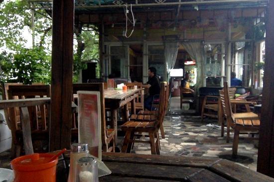 Holly's Hostel: terrace restaurant