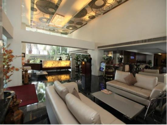 The Monarch Luxur: Hotel Lobby