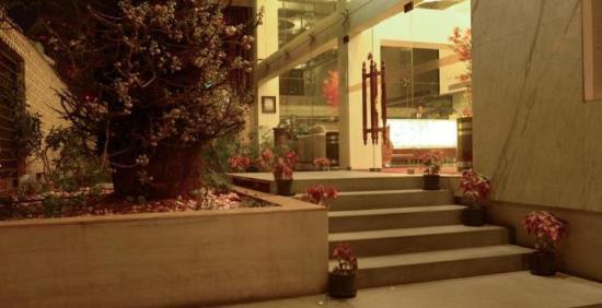The Monarch Luxur: Hotel Entrance