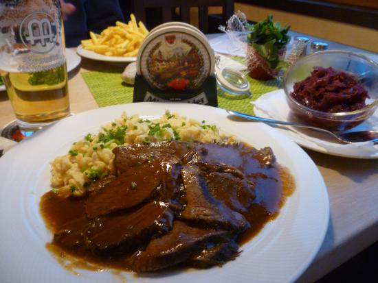 Postkeller : Beef dish with spatzle and red cabbage