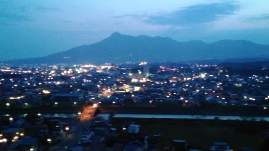 Mutsu Grand Hotel: むつグランドホテル 部屋からの眺め(釜臥山と市街夜景)