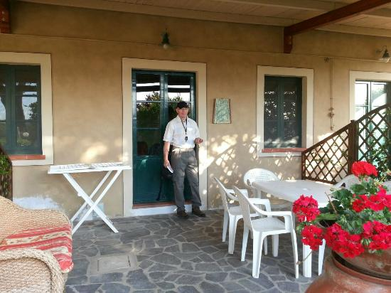 Buonriposo: Frontgarden with dining place