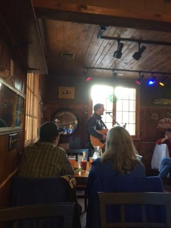 Cascade Lodge Restaurant : Pete Kavanaugh entertaining at the Pub May16, 2015